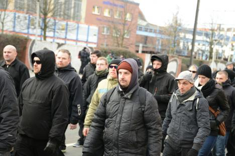Marc Kluge (grüne Jacke) und Oliver Stallmann (graue Mütze) bei Naziaufmarsch am 12.01.2013 in Magdeburg