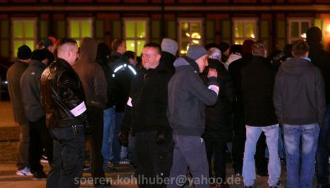 """Emanuel Reuter und Oliver Stallmann (Bildmitte) als Ordner bei """"Grablichtaktion"""" der """"IB Harz"""" am 28.02.2016 in Wernigerode"""