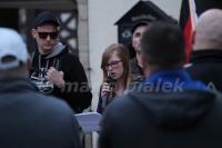 """Jenny Schreyer spricht am 03.04.2016 bei """"Grablichtaktion"""" der """"IB Harz"""" in Wernigerode (Foto: Mario Bialek)"""
