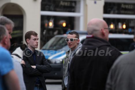 """Jan Schmidt (AfD, MdL) mit Versammlungsleiter Oliver Stallmann am 03.04.2016 bei """"Grablichtaktion"""" der """"IB Harz"""" in Wernigerode"""
